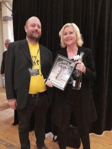 Anne-Marie Vedsø Olesen modtager prisen af Jacob Hedegaard Pedersen